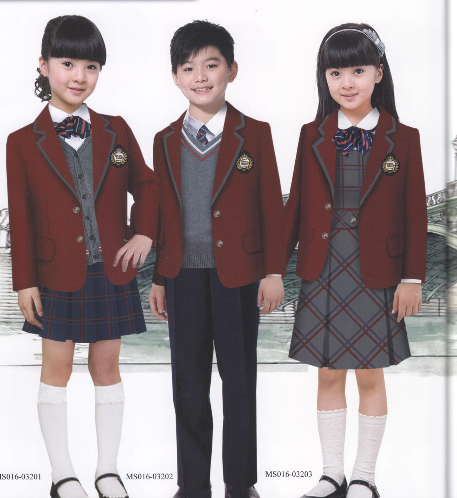 青岛定做学生西装就到青岛韵蔓,款式精良,面料优质,服务客户众多,完善的售后服务赢得了广大客户的一致好评,定做热线:400-087-0257  如今学生校服的款式没有过多的规定,很多学校也根据自己的意愿来选择校服,比如很多学校偏向于英伦风的西装校服,西装校服相对于宽松肥大的运动校服,穿着修身,彰显青春活力。 定做学生西装校服相对运动校服来说在尺寸上要求较多一些,运动校服有身高体重即可根据型号来套号,而西装校服肩宽、胸围等等都是修身款式比较贴身,就需要精确的量体尺寸。韵蔓的长期客户青岛墨尔文中学款式极为英伦风